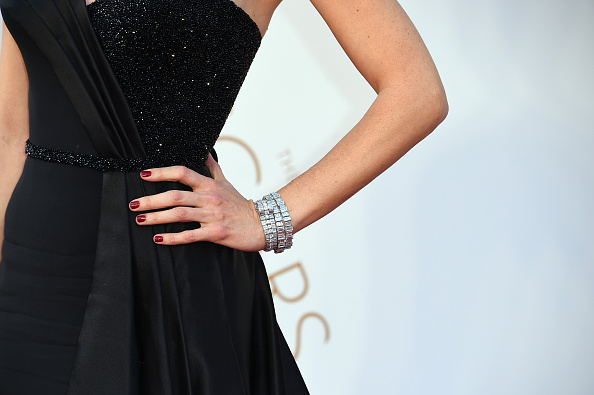 HOLLYWOOD, CA - FEBRUARY 28: Actress Jennifer Garner, jewelry detail, attends the 88th Annual Academy Awards at Hollywood & Highland Center on February 28, 2016 in Hollywood, California. (Photo by Steve Granitz/WireImage)